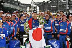 Гонщик Andretti Autosport Honda Такума Сато и команда празднуют победу