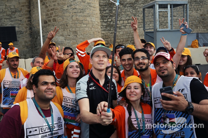 Ніко Хюлькенберг, Sahara Force India F1 з маршалами на треку