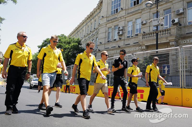 Тест-пілот Renault Sport F1 Team Естебан Окон і Кевін Магнуссен, Renault Sport F1 Team, прогулюються трасою з командою