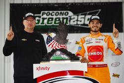 Race winner Kyle Larson, Chip Ganassi Racing Chevrolet with crew chief Mike Shiplett