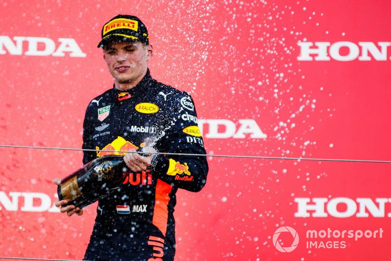 Il terzo classificato Max Verstappen, Red Bull Racing, spruzza lo Champagne, sul podio