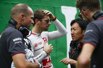 Romain Grosjean, Haas F1 Team, talks to Ayao Komatsu, Chief Race Engineer, Haas F1