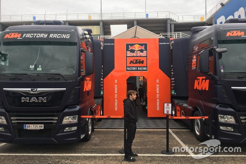 Johann Zarco wacht voor de pitbox van KTM