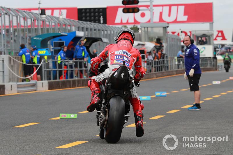 Jorge Lorenzo, Ducati Team, volvió a intentarlo en el FP1 de Japón, pero tuvo que renunciar al no poder pilotar por la lesión en la mano izquierda