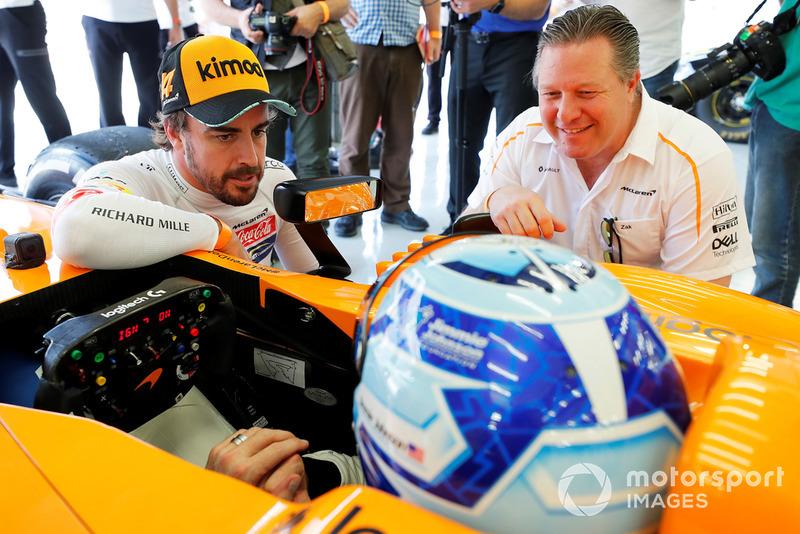 Jimmie Johnson dans la McLaren, Fernando Alonso, Zak Brown