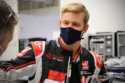 Haas F1 koltuk ayarı