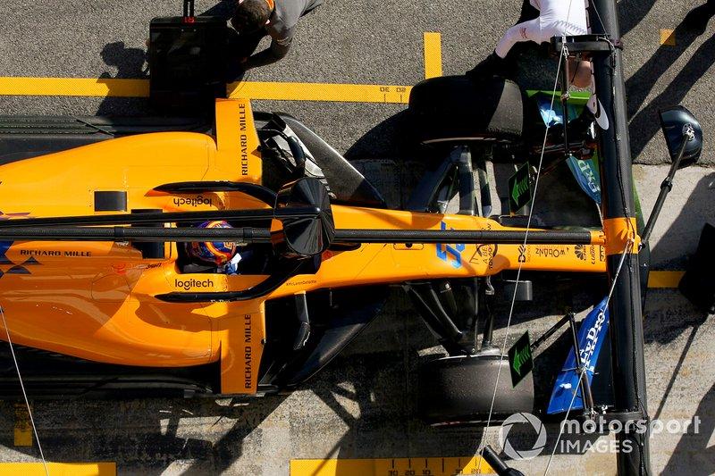 Carlos Sainz Jr., McLaren MCL34, s'arrête à son stand