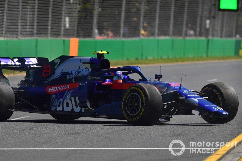 Alexander Albon, Toro Rosso STR14, va in testacoda e danneggia l'ala anteriore
