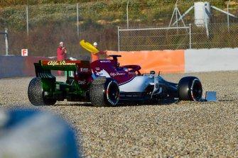 Kimi Raikkonen, Alfa Romeo Racing C38, trompea y encalla en la arena