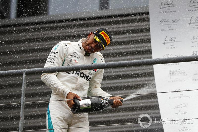 Hamilton, Schumacher'le arayı kapatıyor