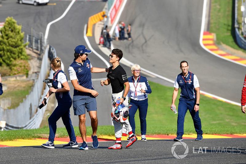 Lance Stroll, Williams Racing, cammina lungo il circuito con Nyck De Vries