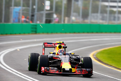 Daniil Kvyat, Red Bull Racing RB12 mit Funkenflug