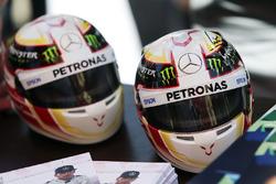 Des casques miniatures de Lewis Hamilton, Mercedes AMG F1 Team