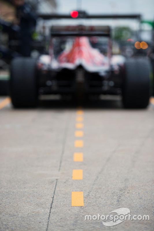 Scuderia Toro Rosso STR11 dans la pitlane