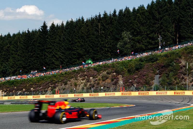 Daniil Kvyat, Scuderia Toro Rosso STR11 precede Daniel Ricciardo, Red Bull Racing RB12