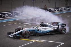 Lewis Hamilton, Mercedes AMG F1 W08, with doughnuts
