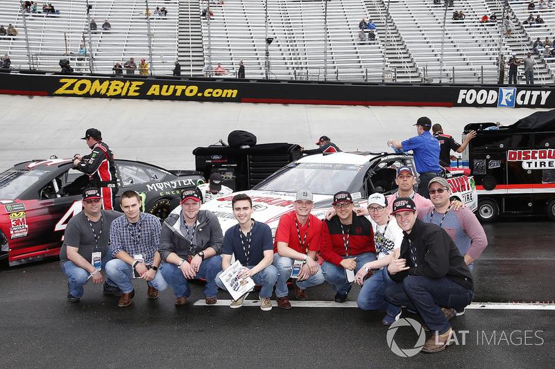 Brad Keselowski, Team Penske, Ford Fusion Discount Tire Guests