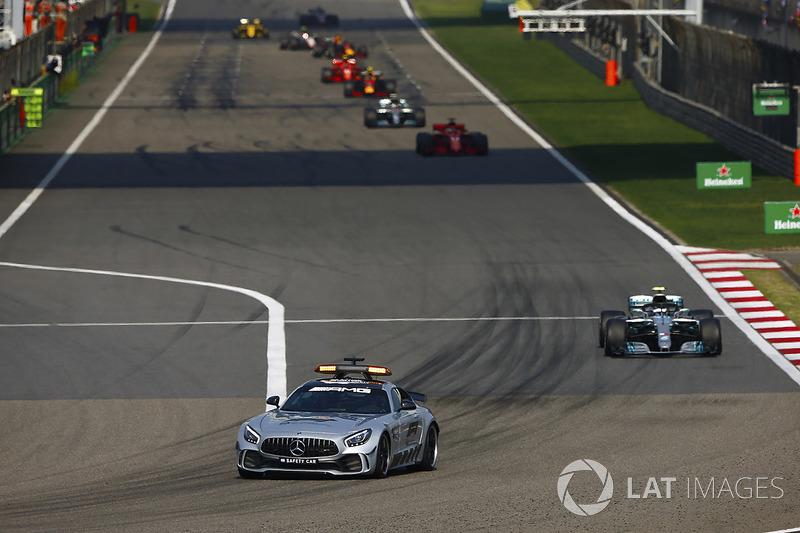 Автомобиль безопасности, Валттери Боттас, Mercedes AMG F1 W09, Себастьян Феттель, Ferrari SF71H, Льюис Хэмилтон, Mercedes AMG F1 W09, и Макс Ферстаппен, Red Bull Racing RB14