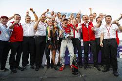 Daniel Abt, Audi Sport ABT Schaeffler, festeggia con Allan McNish, Team Principal, Audi Sport Abt Schaeffler, e il resto del team dopo aver vinto la gara