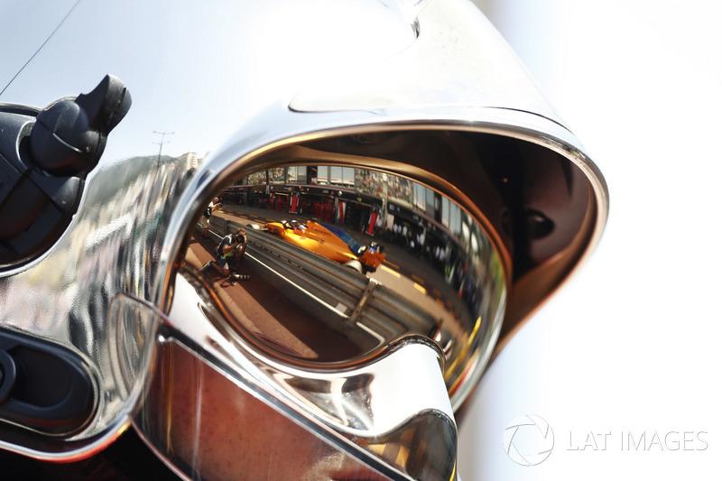 Il riflesso di Fernando Alonso, McLaren MCL33, sulla visiera di un vigile del fuoco
