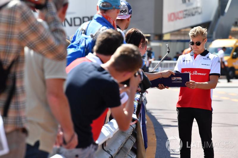 Marcus Ericsson, Sauber signe des autographes
