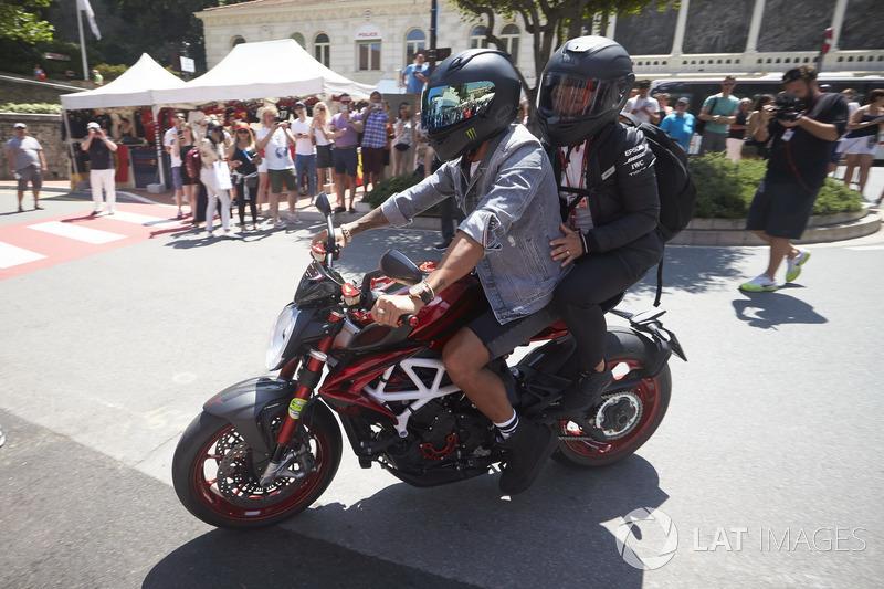 Lewis Hamilton, Mercedes AMG F1, a bordo de su motocicleta