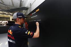 Max Verstappen, Red Bull Racing, firma el tablero Pirelli hot laps