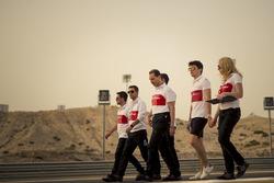 Ознакомление с трассой: гонщик Alfa Romeo Sauber F1 Team Шарль Леклер и гоночный стратег Рут Баскомб