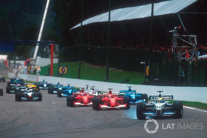 Ralf Schumacher, Williams FW23 BMW, Michael Schumacher, Ferrari F2001, Rubens Barrichello, Ferrari F2001 ve Giancarlo Fisichella, Benetton B201 Renault ikinci starttan sonra