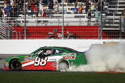Kevin Harvick, Stewart-Haas Racing with Biagi-Denbeste Racing, Hunt Brothers Pizza Ford Mustang celebrates