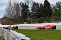 Brendon Hartley, Scuderia Toro Rosso STR13 and Kimi Raikkonen, Ferrari SF71H