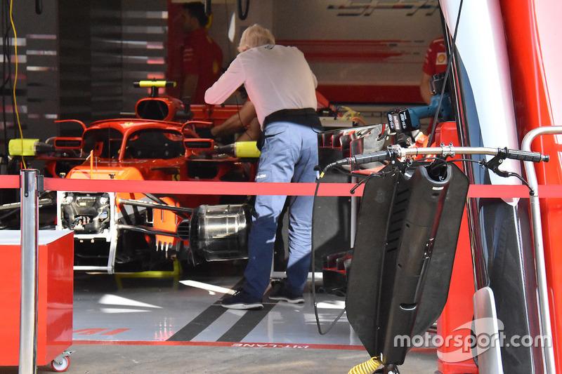 Charlie Whiting memeriksa kaca spion halo Ferrari SF71H