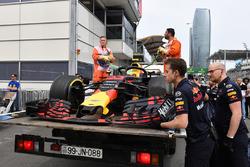 El coche chocado de Max Verstappen, Red Bull Racing RB14 es llevado a los boxes