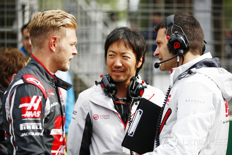 Kevin Magnussen, Haas F1 Team, Ayao Komatsu, Chief Race Engineer, Haas F1
