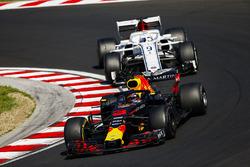 Daniel Ricciardo, Red Bull Racing RB14, devant Marcus Ericsson, Sauber C37