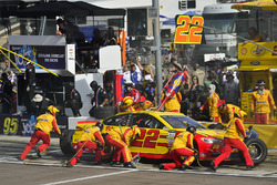 Joey Logano, Team Penske Ford makes a pit stop, Sunoco