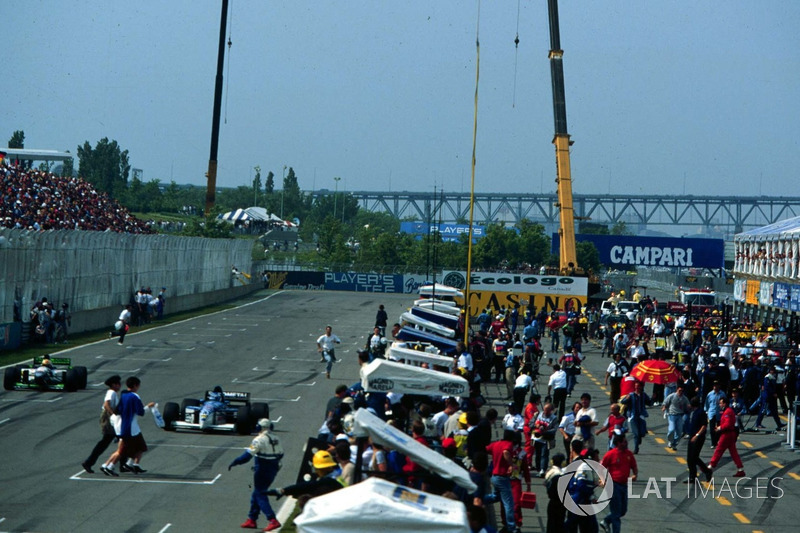 The fans invade the Montreal circuit, Mika Salo and Luca Badoer, still competing in the race