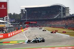 Valtteri Bottas, Mercedes AMG F1 W09, delante de Kimi Raikkonen, Ferrari SF71H, y Max Verstappen, Red Bull Racing RB14
