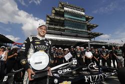 Le vainqueur Verizon P1 Pole Award, Ed Carpenter, Ed Carpenter Racing Chevrolet avec le trophée de la pole