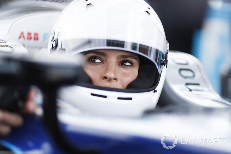 La modella Emily Ratajkowski, pronta per guidare una Formula E