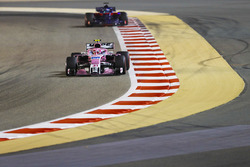 Esteban Ocon, Force India VJM11 Mercedes, Brendon Hartley, Toro Rosso STR13 Honda