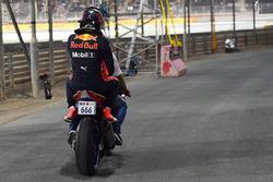 Max Verstappen, Red Bull Racing sur une moto après son accident