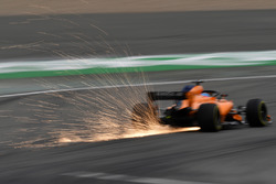 Fernando Alonso, McLaren MCL33, fait des étincelles