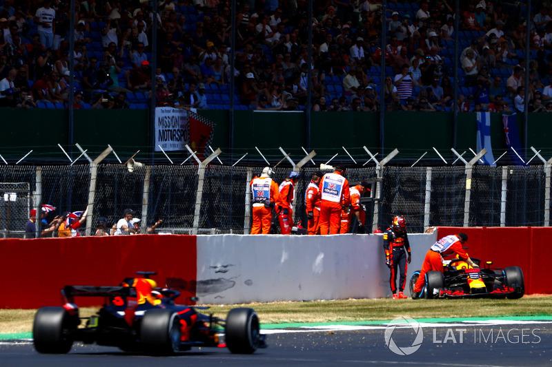 Max Verstappen, Red Bull Racing RB14, dopo l'incidente, mentre transita Daniel Ricciardo, Red Bull Racing RB14