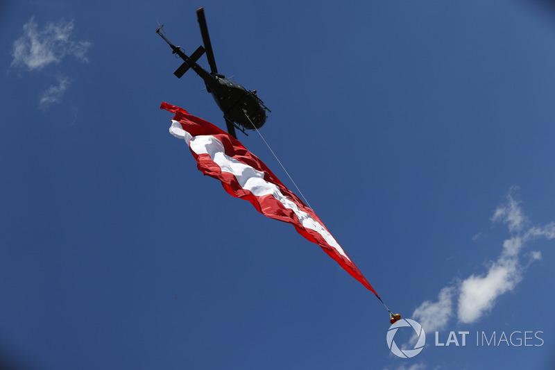 Une hélicoptère avec le drapeau autrichien