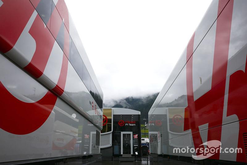 Camiones y transportadores Haas en el paddock
