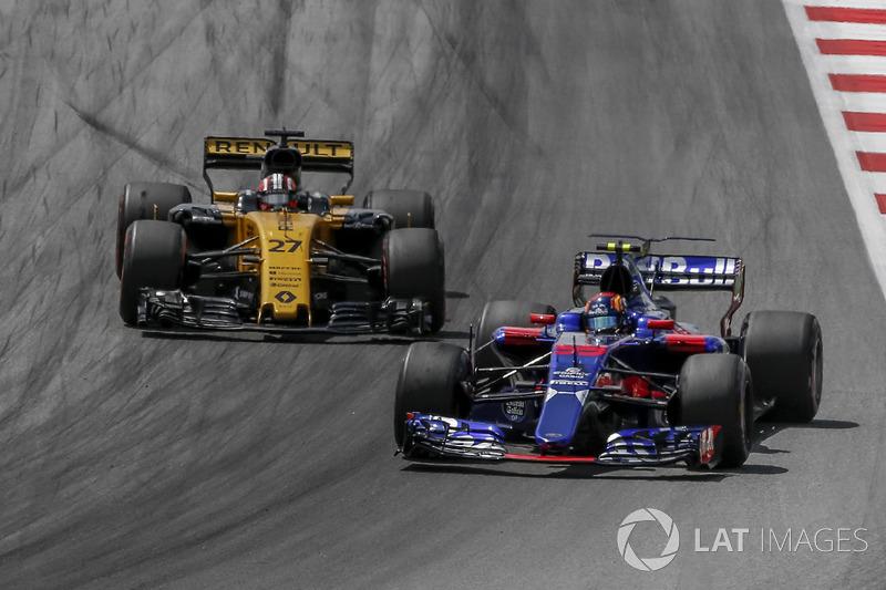 Nico Hulkenberg, Renault Sport F1 Team RS17 and Carlos Sainz Jr., Scuderia Toro Rosso STR12