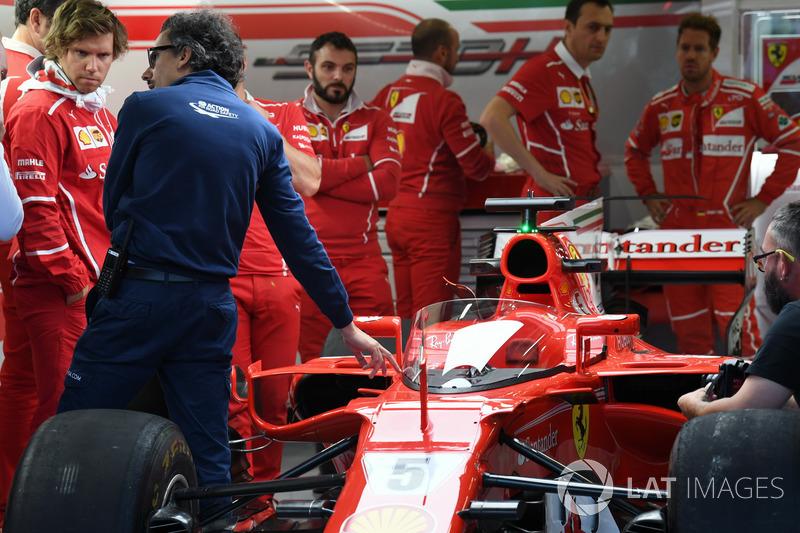 Лоран Мекіс, директор з безпеки FIA та Ferrari SF70H з системою Щит
