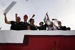 McLaren, Scuderia Toro Rosso y Sauber celebrna en la carrera de balsas