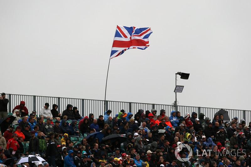 Fans y la bandera de la Union Jack en tribunas